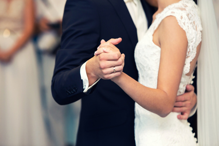Photo pour the groom and the bride hold each other by hands - image libre de droit