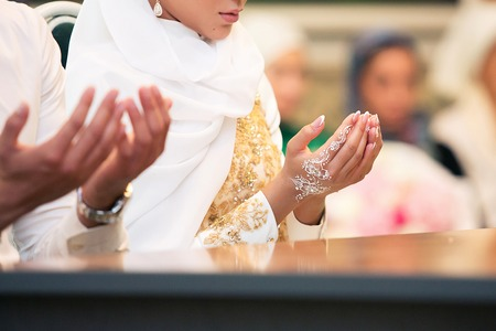 Photo pour Muslim girl and the man marry by Muslim traditions - image libre de droit