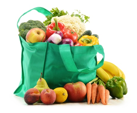 Photo pour Green shopping bag with grocery products on white background - image libre de droit