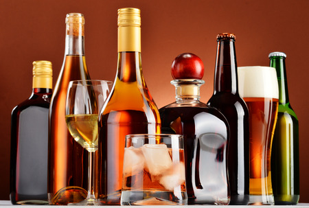 Photo pour Bottles and glasses of assorted alcoholic beverages. - image libre de droit