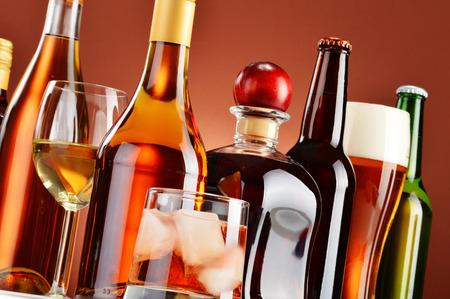 Foto de Bottles and glasses of assorted alcoholic beverages. - Imagen libre de derechos