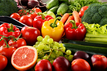 Photo pour Composition with a variety of organic vegetables and fruits. - image libre de droit