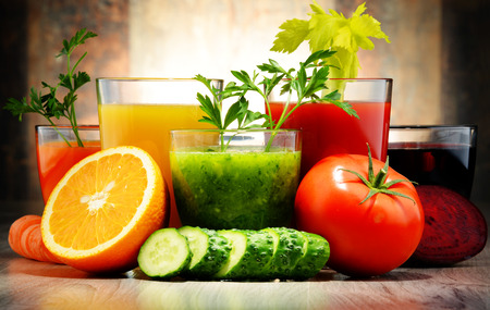 Photo pour Glasses with fresh organic vegetable and fruit juices. Detox diet - image libre de droit