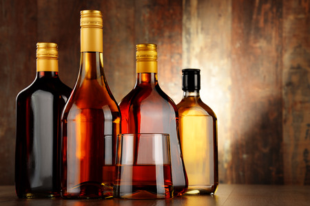 Foto de Bottles of assorted alcoholic beverages. - Imagen libre de derechos