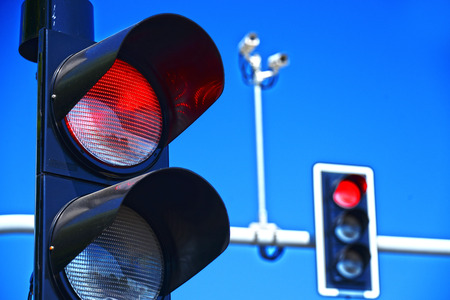 Foto de Traffic lights over blue sky. - Imagen libre de derechos