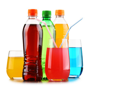 Foto de Glasses and bottles of assorted carbonated soft drinks isolated on white - Imagen libre de derechos