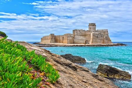 Photo pour The castle in the Isola di Capo Rizzuto in the Province of Crotone, Calabria, Italy. - image libre de droit