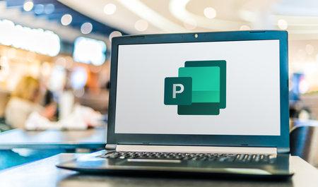 Foto de POZNAN, POL - APR 28, 2020: Laptop computer displaying logo of Microsoft Publisher, a desktop publishing application, part of the Office family software and services developed by Microsoft - Imagen libre de derechos
