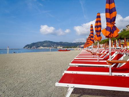 Photo pour Diano Marina, Italy: Beach umbrellas positioned at regular file - image libre de droit