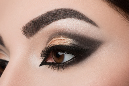 Photo pour Close-up of woman eye with beautiful arabic makeup - image libre de droit