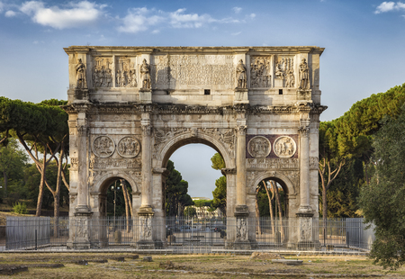 Foto per The Arch of Constantine is a triumphal arch in Rome, situated between the Colosseum and the Palatine Hill. - Immagine Royalty Free