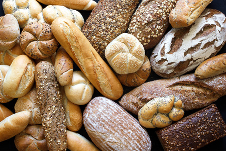 Photo pour Many mixed breads and rolls shot from above. - image libre de droit