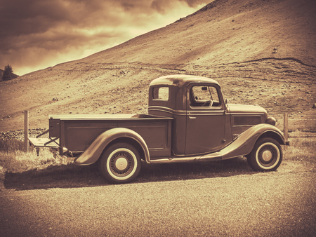 Photo pour Retro Style Sepia Image Of A Vintage Truck In The Countryside - image libre de droit