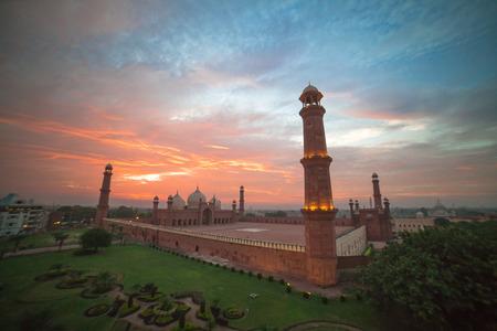 Foto de The Emperor's Mosque - Badshahi masjid wide angle full exterior at sunset - Imagen libre de derechos