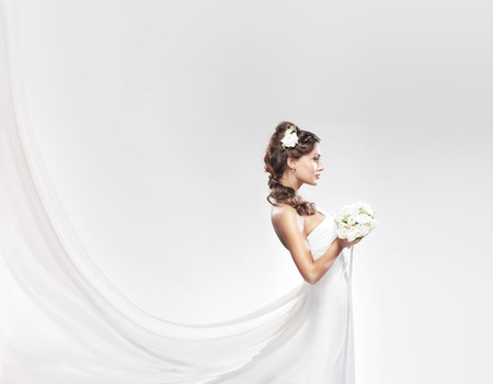 Photo pour Young attractive bride with the bouquet of white roses - image libre de droit