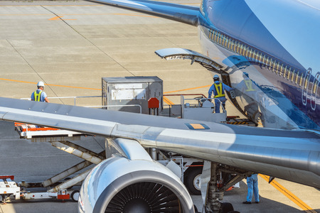 Foto per Loading of the air cargo - Immagine Royalty Free