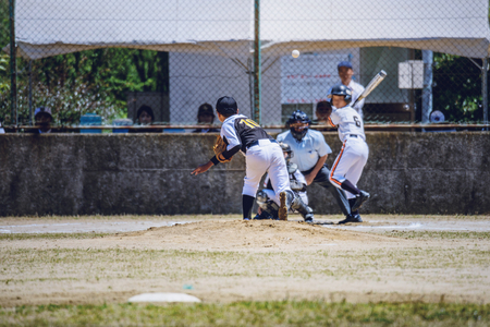 Photo pour Scenery of the little league baseball game - image libre de droit
