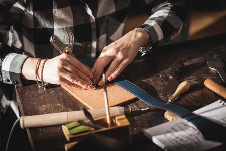 Photo pour Leather handbag craftsman at work in a workshop - image libre de droit