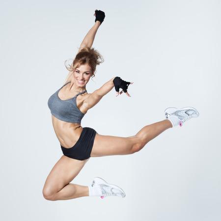 Photo pour Young woman jumps - image libre de droit