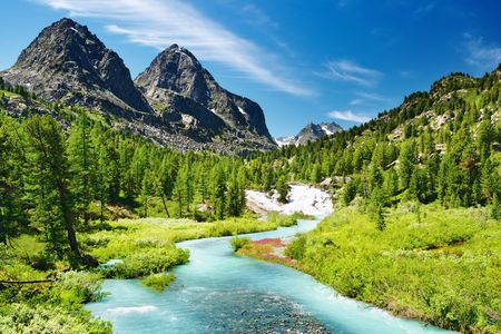 Photo pour Mountain landscape with river and forest - image libre de droit