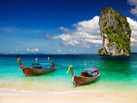Photo pour Long tail boats, Tropical beach, Andaman Sea, Thailand - image libre de droit
