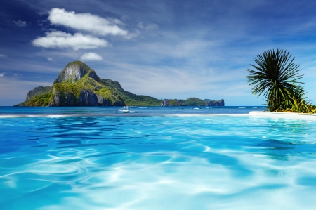 Photo pour Landscape with swimming pool and Cadlao island on background, El Nido, Philippines - image libre de droit