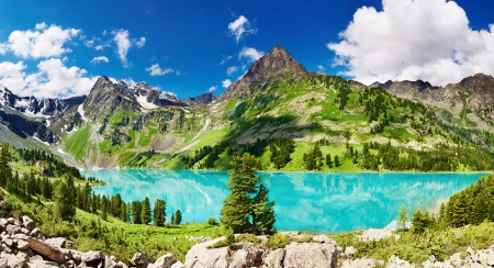 Foto de Beautiful turquoise lake in Altai mountains - Imagen libre de derechos