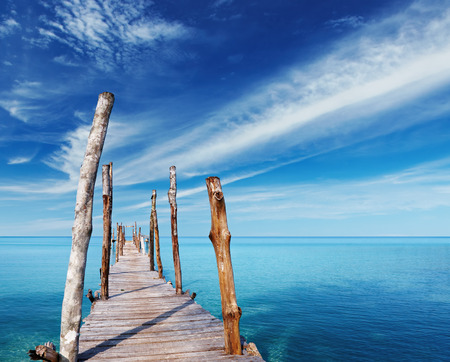 Photo pour Wooden pier on a tropical island, sea and blue sky in Thailand - image libre de droit