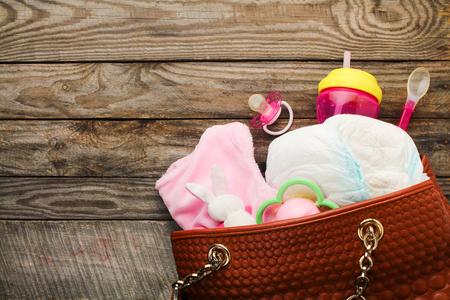 Photo pour Mother's handbag with items to care for child - image libre de droit
