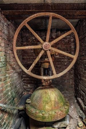 Photo pour Big old rusty iron water gate valve - image libre de droit