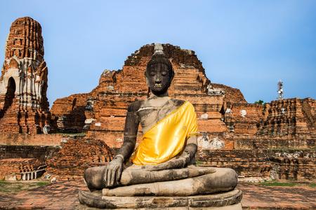 Photo pour Temple buddha statue pagoda ancient ruins invaluable at wat phra mahathat,ayutthaya,thailand - image libre de droit