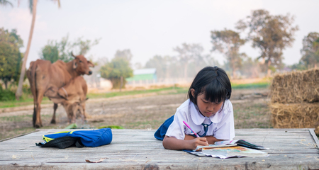 Photo pour Asian girl student In the countryside - image libre de droit