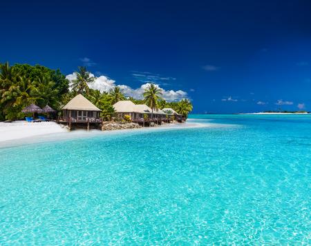 Foto de Beach Villas on small tropical island with palm trees - Imagen libre de derechos