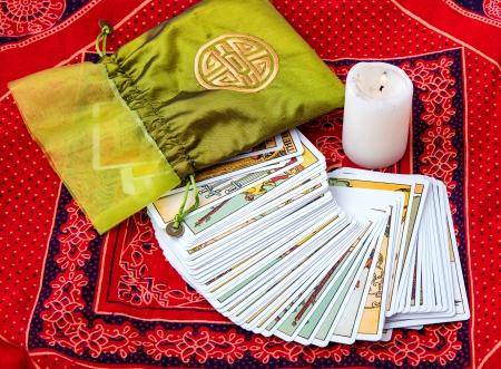 Photo pour Tarot cards and burning candle - image libre de droit