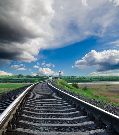 Photo pour railroad to horizon under cloudy sky - image libre de droit