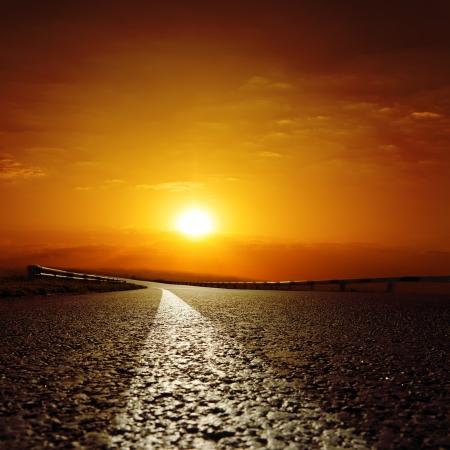 Photo pour asphalt road to red sunset - image libre de droit