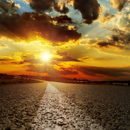 Photo pour asphalt road and dramatic sunset over it - image libre de droit