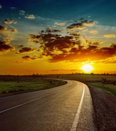 Photo pour beautiful sunset over asphalt road - image libre de droit