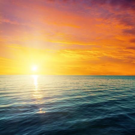Photo pour red sunset over dark sea - image libre de droit