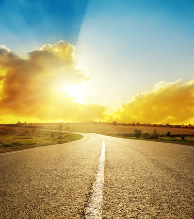 Foto de bright sunset over road - Imagen libre de derechos