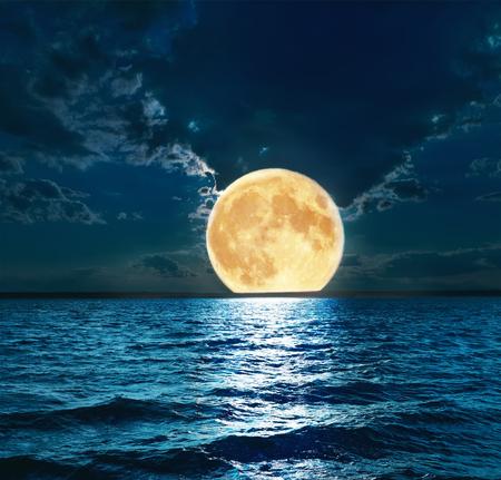 Photo pour super moon over water - image libre de droit