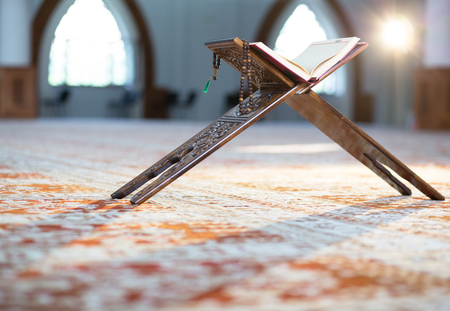 Photo pour Quran - holy book of Muslims, in the mosque - image libre de droit
