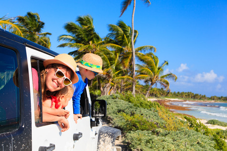 Photo pour family driving off-road car on tropical beach, vacation concept - image libre de droit