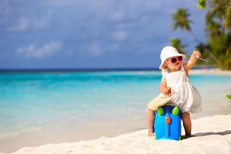 Photo pour cute little girl travel on summer beach, kids travel - image libre de droit
