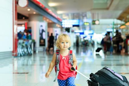 Foto de little girl with suitcase travel in the airport, kids travel - Imagen libre de derechos