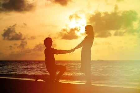 Photo pour Marriage Proposal at sunset idyllic tropical beach - image libre de droit