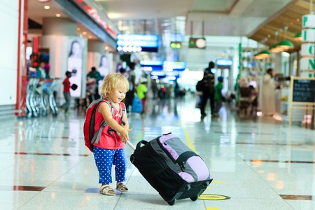Foto de little girl with suitcase travel in the airport, kids travel - Imagen libre de derechos