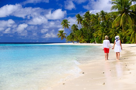 Foto de happy loving couple walking on summer tropical beach - Imagen libre de derechos