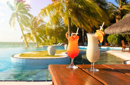 Photo pour Two cocktails on  luxury tropical beach resort - image libre de droit