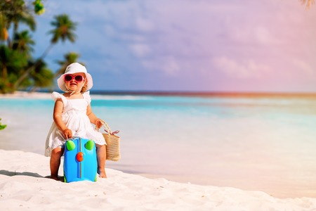 Foto de cute little girl travel on summer beach - Imagen libre de derechos